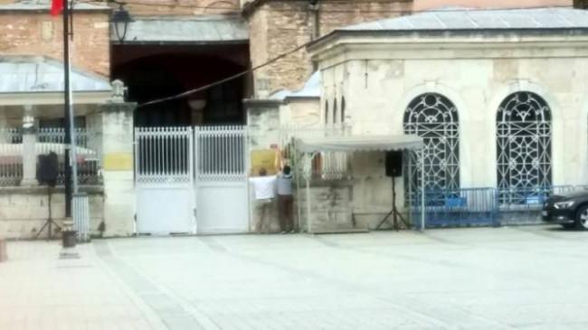 86 yıllık müze serüveninin ardından camiye dönüştürülen Ayasofya'daki müze tabelaları kaldırıldı