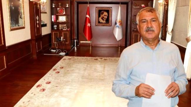 Adana Büyükşehir Belediye Başkanı Zeydan Karalar'ın makam odasına haciz geldi