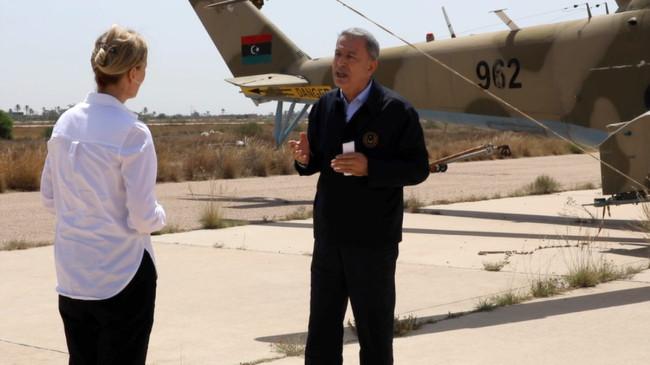 Bakan Akar, Rus yapımı savaş helikopterinin önünde Libya için kararlılık mesajı verdi