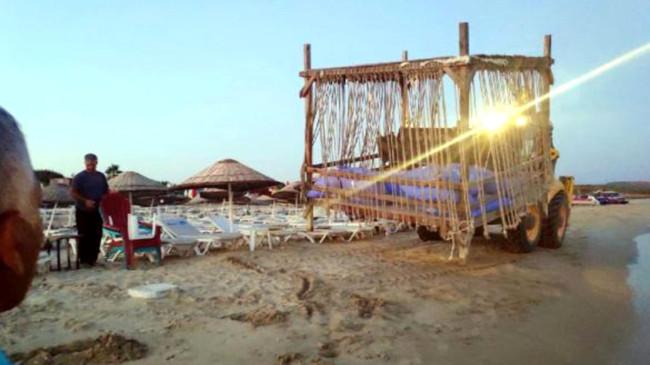 Çeşme sahillerinde bulunan 1.500 liralık localar belediye tarafından kaldırıldı