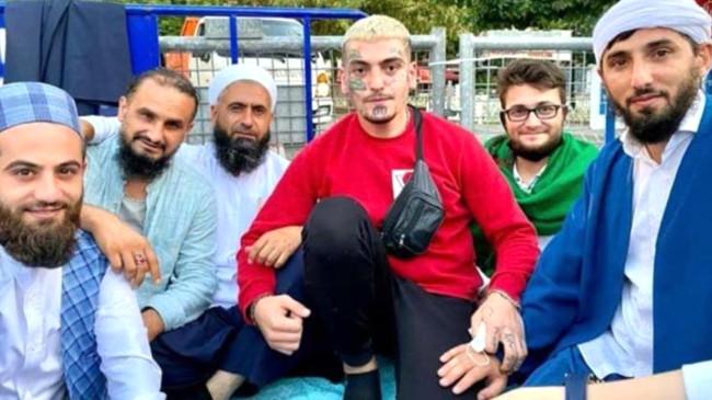 Herkesin konuştuğu dövmeli genç de Ayasofya Camii'ndeki ilk namaza katıldı