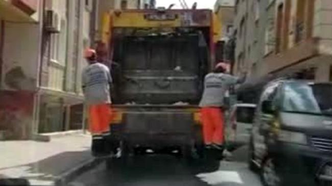 Ne yaparsan yap, işini severek yap! İşçiler hem dans etti hem çöp topladı