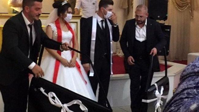 Otomobil tutkunu damada düğününde takı olarak araba kapısı hediye edildi