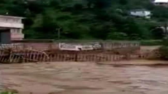 Rize'de sel suları nedeniyle merkezde bulunan bir köprü çöktü