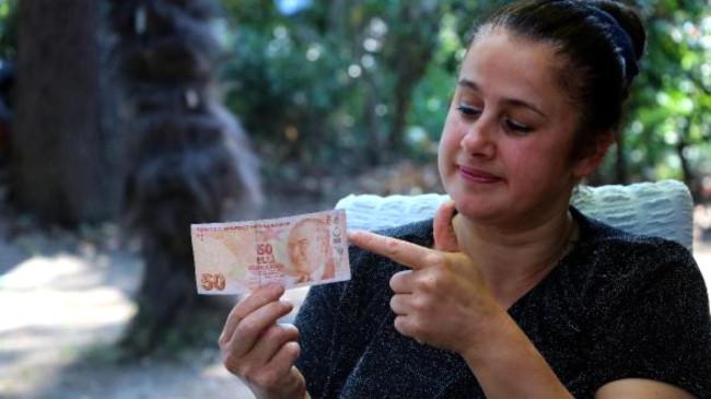 Sahte sandığı 50 TL'lik banknotun hatalı basım olduğunu öğrenen kadın tekliflere açık